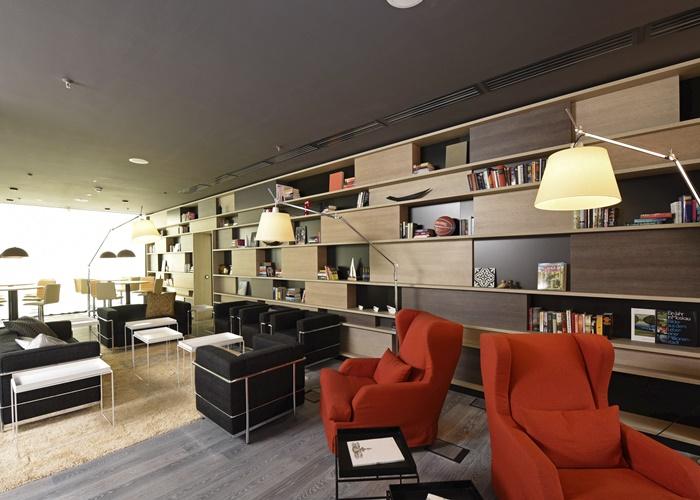 Jenach Gusto gibt es im Livingroom für den Gast unterschiedliche Arten, Anordnungen, Ausführungen von Sitz-, Lese-, Arbeits- und Erholungs-Möglichkeiten: Bartische & Barhocker, Sofa- und Sitzlandschaften mit 600 Büchern in der Bibliothekswand, Cocooning-Sessel ....